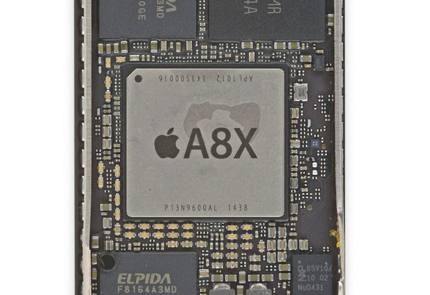 SOC Apple 8X osadený na základnej doske iPad Air 2 (Autor: iFixit)