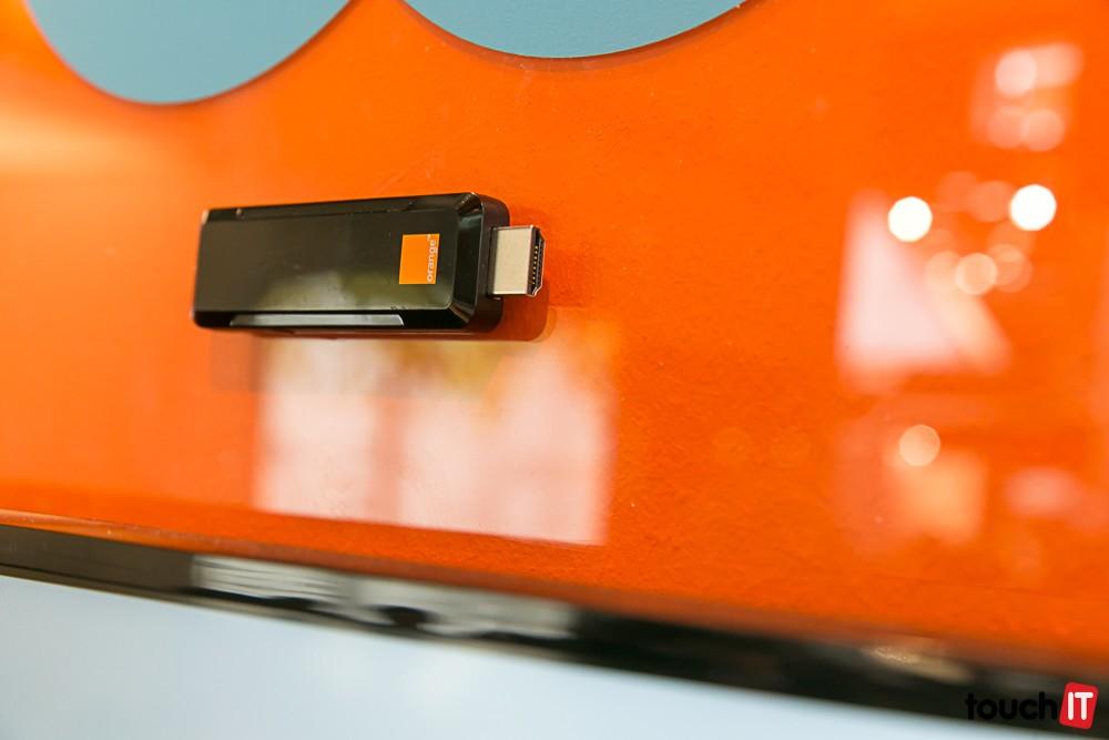 Orange TV Stick funguje podobne ako Chromecast. Prepája mobilné zariadenia s TV obrazovkou