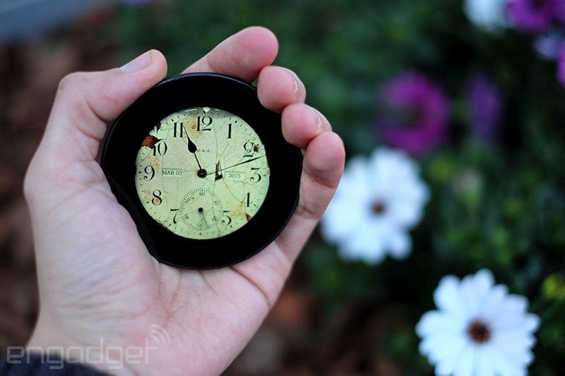 Runcible pripomína prerastené vreckové hodinky. Ale funguje aj ako telefón. Zdroj: Engadget
