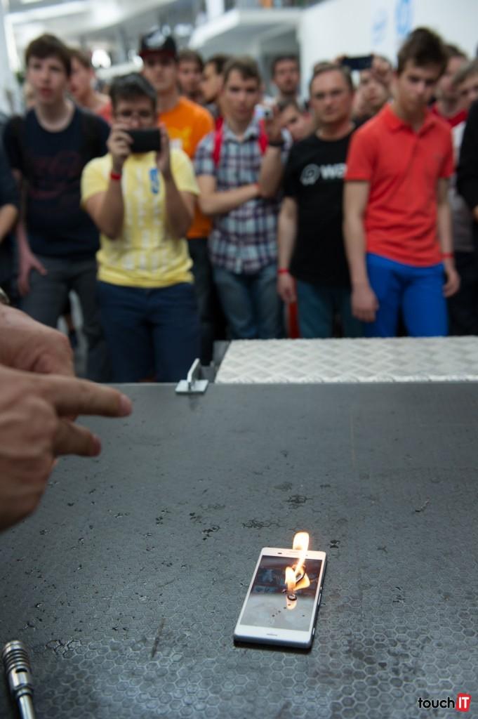 Čo takto otvorený oheň priamo na displeji?
