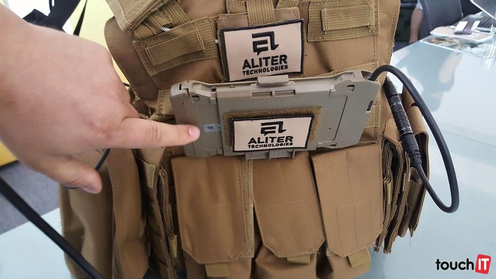 Sem si môže vojak umiestniť malý tablet alebo telefón