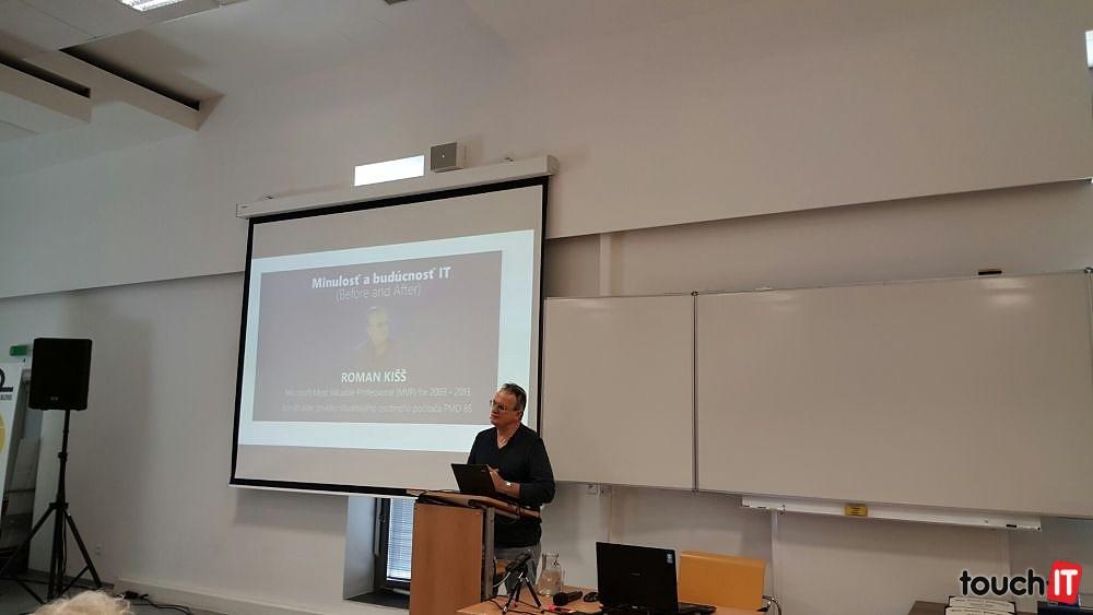 Roman Kišš počas prednášky na FIIT