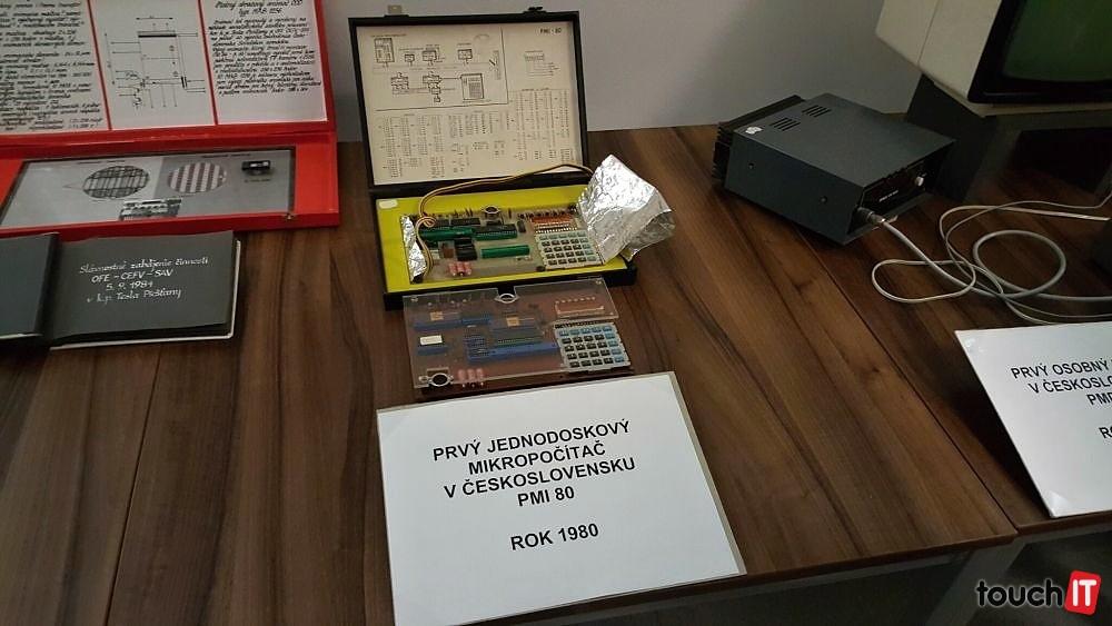 Počítač PMI 80. Dôležitým komponentom bola nepotrebná kalkulačka. Na displeji sa zobrazovali informácie