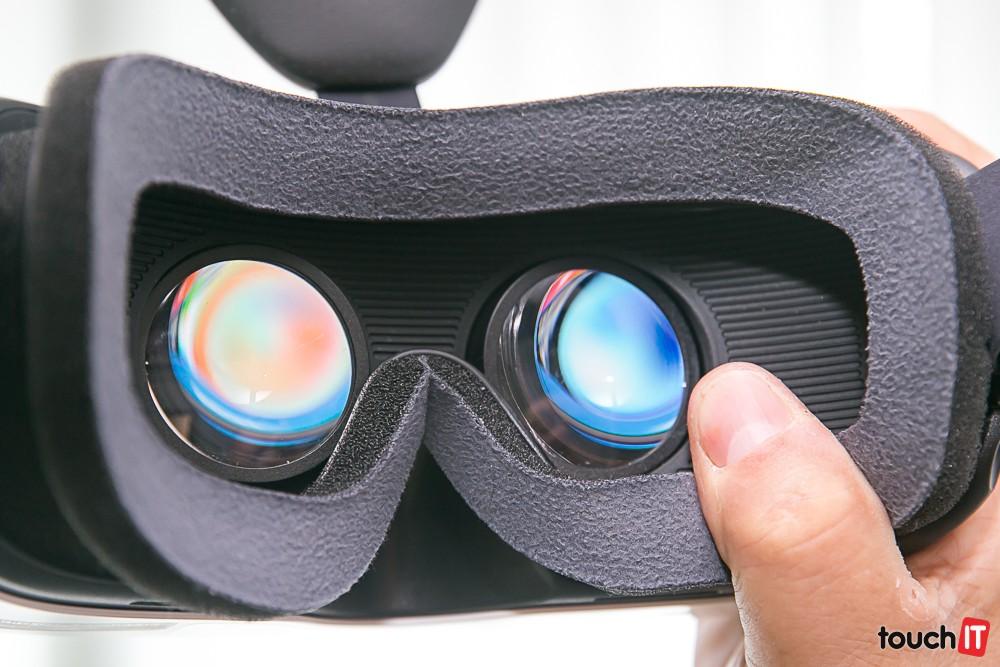 Okuliare zväčšujú obraz. Aj preto si všimnete pixely
