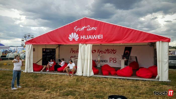 Prekvapením na Pohode je stánok spoločnosti Huawei. Nepamätáme si, že by sa niektorý výrobca smartfónov alebo tabletov prezentoval na hudobnom festivale v rámci SR