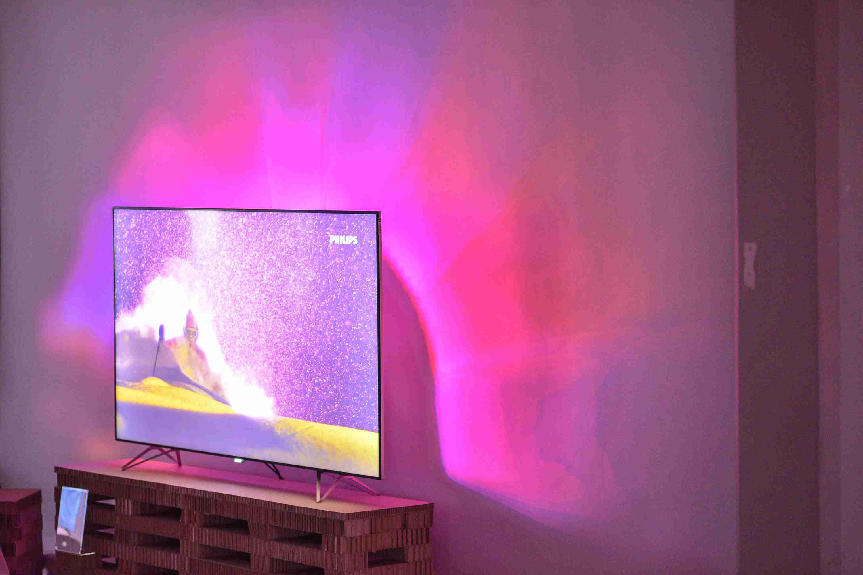 d0371c800 Táto technológia zajisťuje, že systém Ambilight vždy premietne obraz na  stenu za televízorom v mimoriadne čistých a živých farbách s najvyšším  možným ...