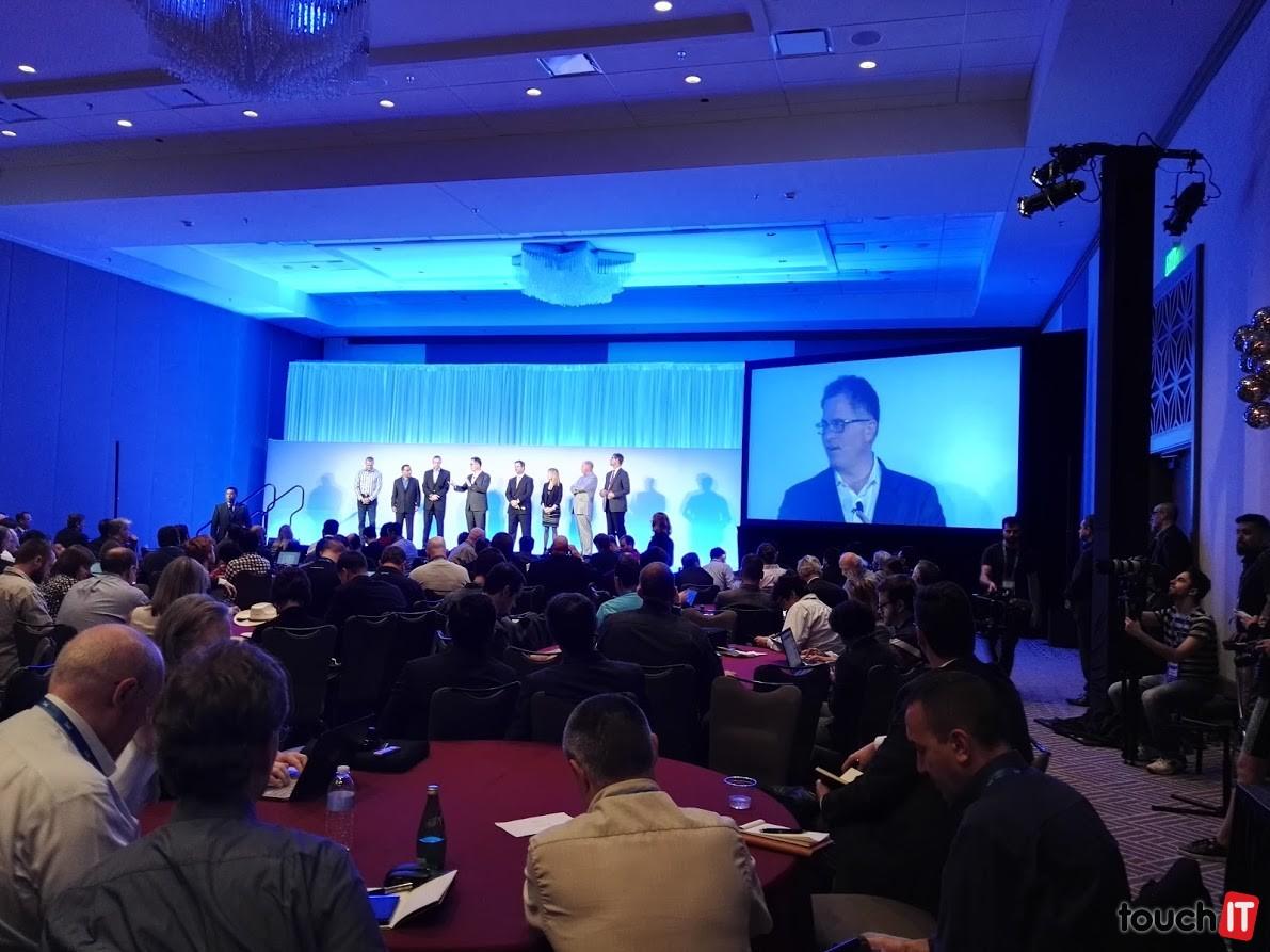Michael Dell a ostatní riadiaci pracovníci spoločnosti Dell počas panelovej diskusie na Dell World