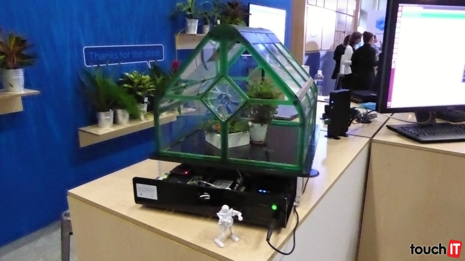 Inteligentný skleník s množstvom senzorov