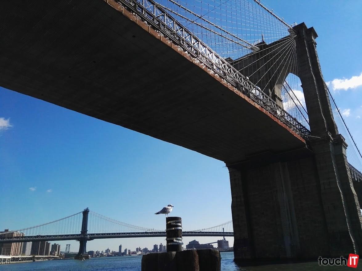 Pod Brooklynskym mostom. Mimochodom, na moste kúpite magnetky a kľúčenky za najlepšie ceny v New Yorku. Výborná je aj ich variabilita
