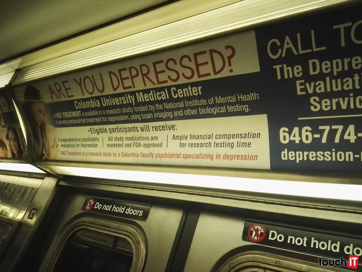 Aj takéto reklamy majú v metre. Jedna cesta stojí 3 doláre. Kúpou dopravnej karty môžete ušetriť