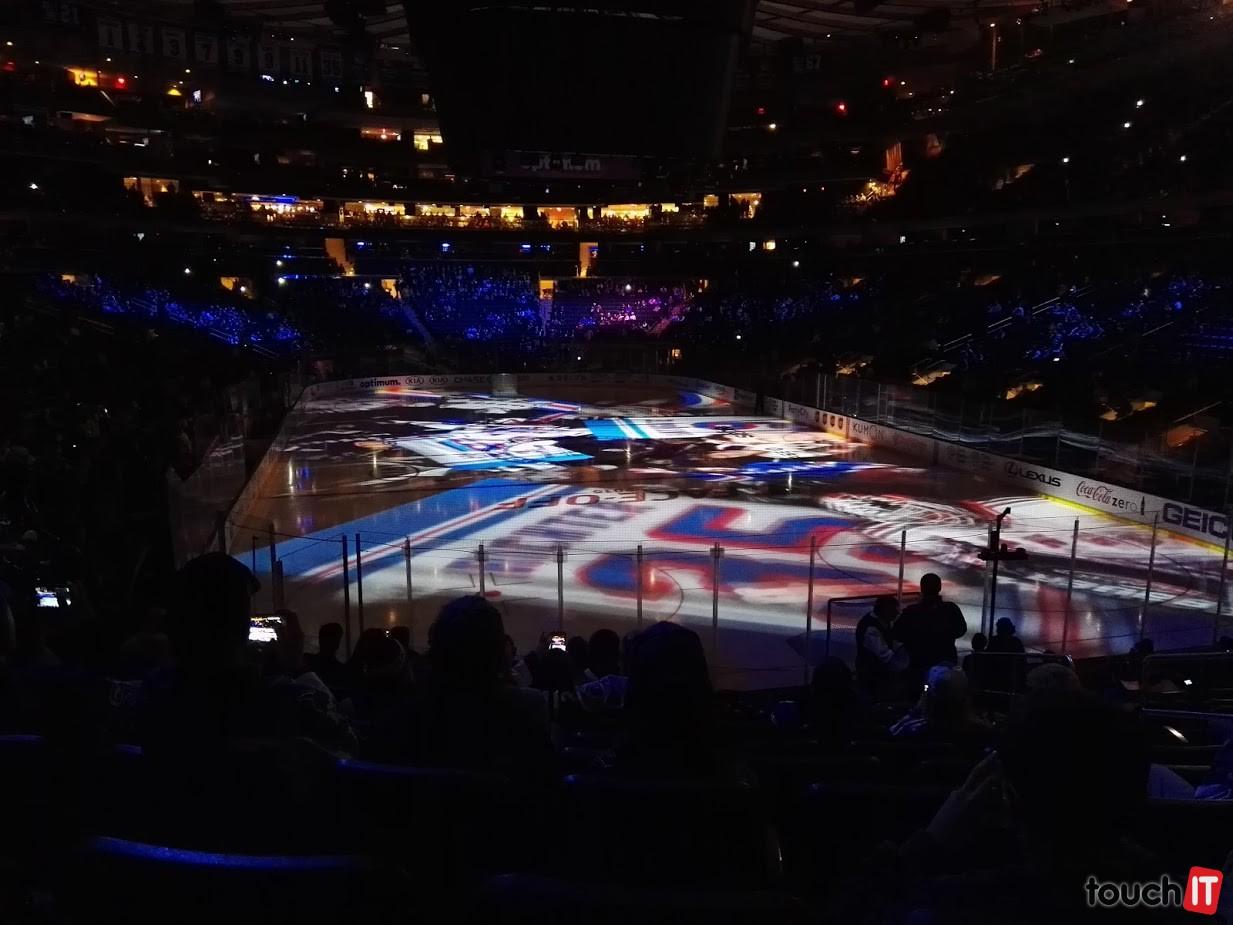 Zápasy NHL sú vynikajúcou šou. Horšie je to počas samotného hrania. Takmer vôbec sa nepovzbudzuje a publikum ožije a spieva iba po vstrelení gólu. Okrem toho majú jeden pokrik, ktorý sem-tam pár jedincov z publika vykríkne. Mali by sa prísť pozrieť na Slovensko :)