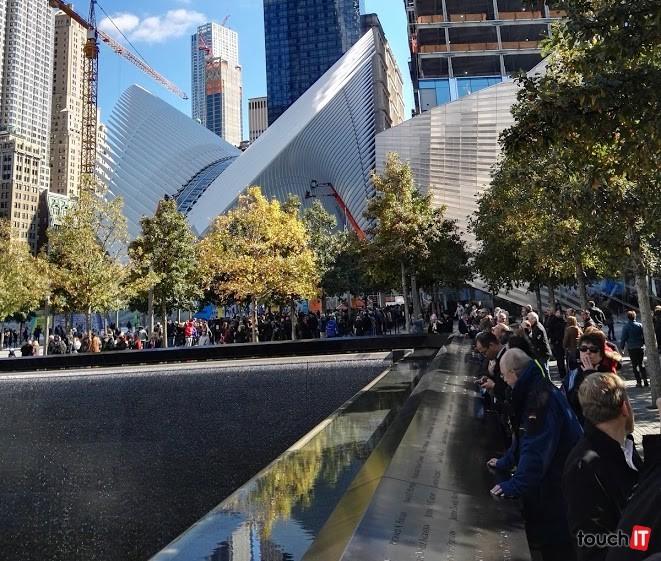 Pamätník dvojičiek WTC. V pozadí môžete vidieť múzeum 9/11 a množstvo ľudí, ktorí čakajú pred vstupom
