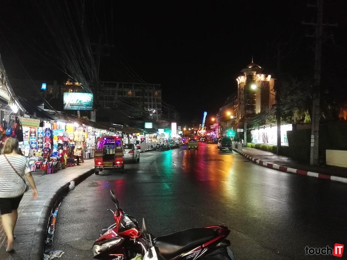 Mestečko Patong a jedna veľká promenáda, kde máte veľa kamarátov, o ktorých ani netušíte