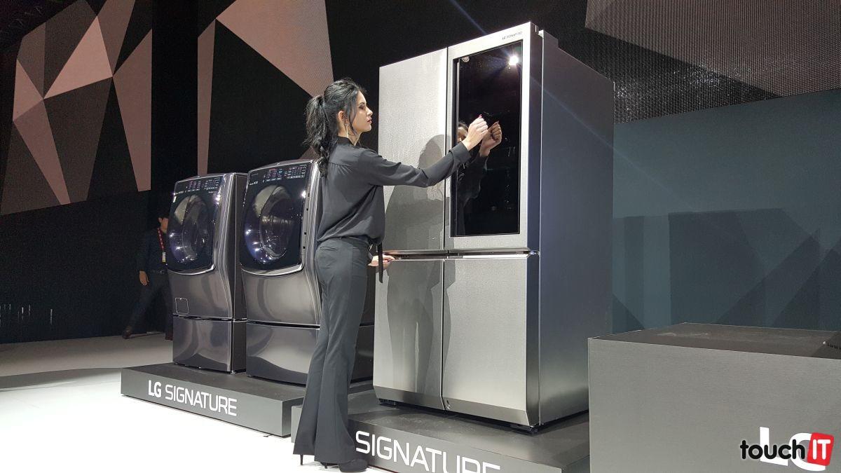 Po zaklepaní na dvierka chladničky sa rozsvieti svetlo vo vnútri. Telo je tvorené z nehrdzavejúcej ocele