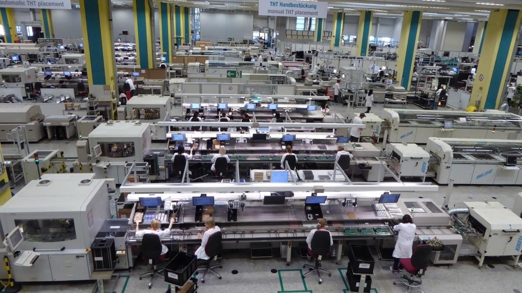 Proces výroby kombinuje automatizované stroje aj manuálnu prácu