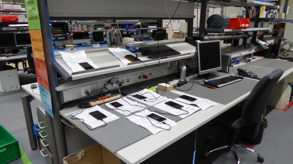 Stôl technika, ktorý rieši reklamácie telefónov. V tomto prípade je niekedy výhodnejšie vyriešiť reklamáciu výmenou kus za kus
