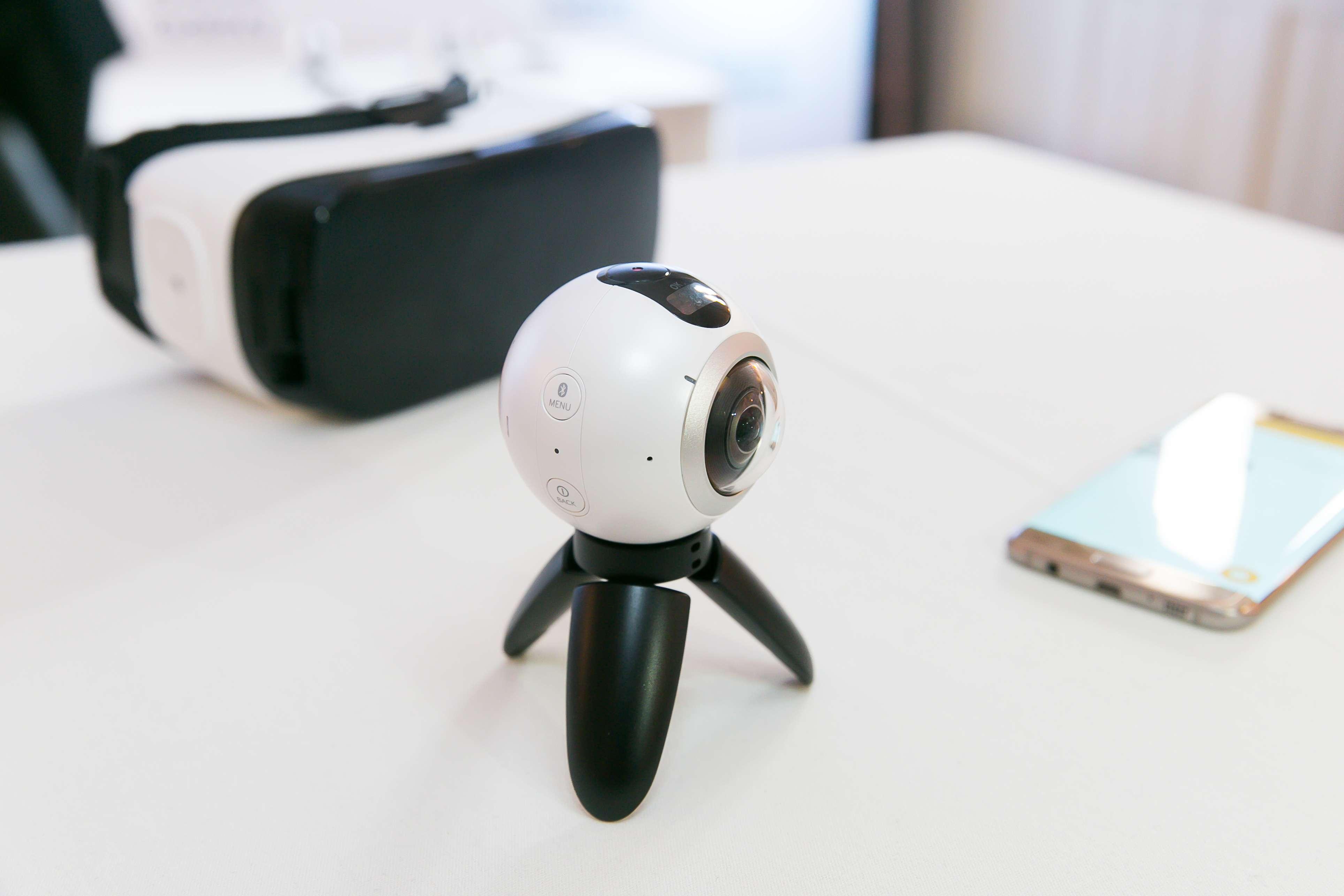 Kameru pre 360° video a fotky využijete aj na telefóne, ale najlepšie s okuliarmi Gear VR
