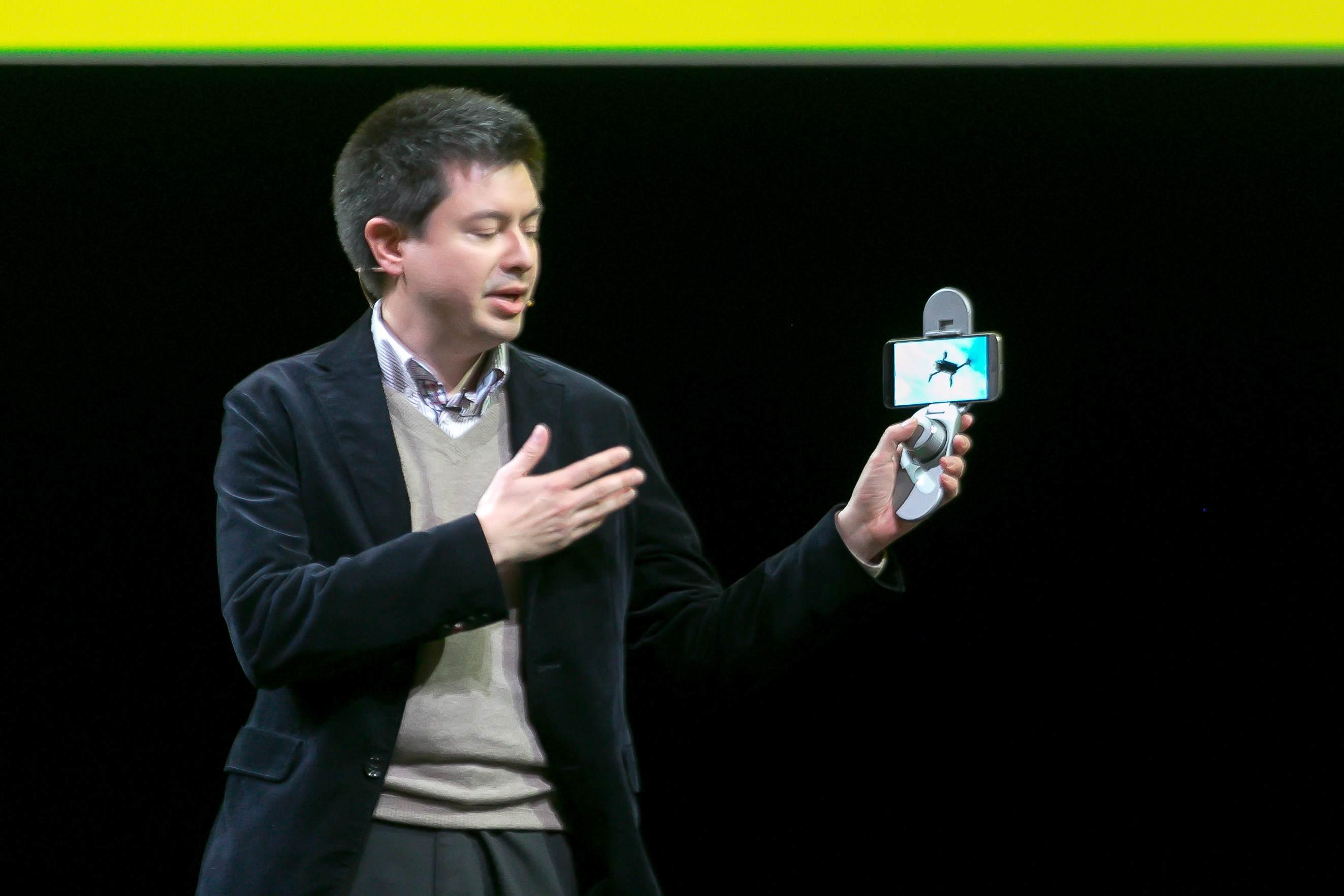 Asi najzaujímavejší modul predstavil CMO firmy Parrot, Nicolas Halfermeyer. Ten umožní aj úplným začiatočníkom ovládať dron s LG G5 bez obavy z jeho poškodenia