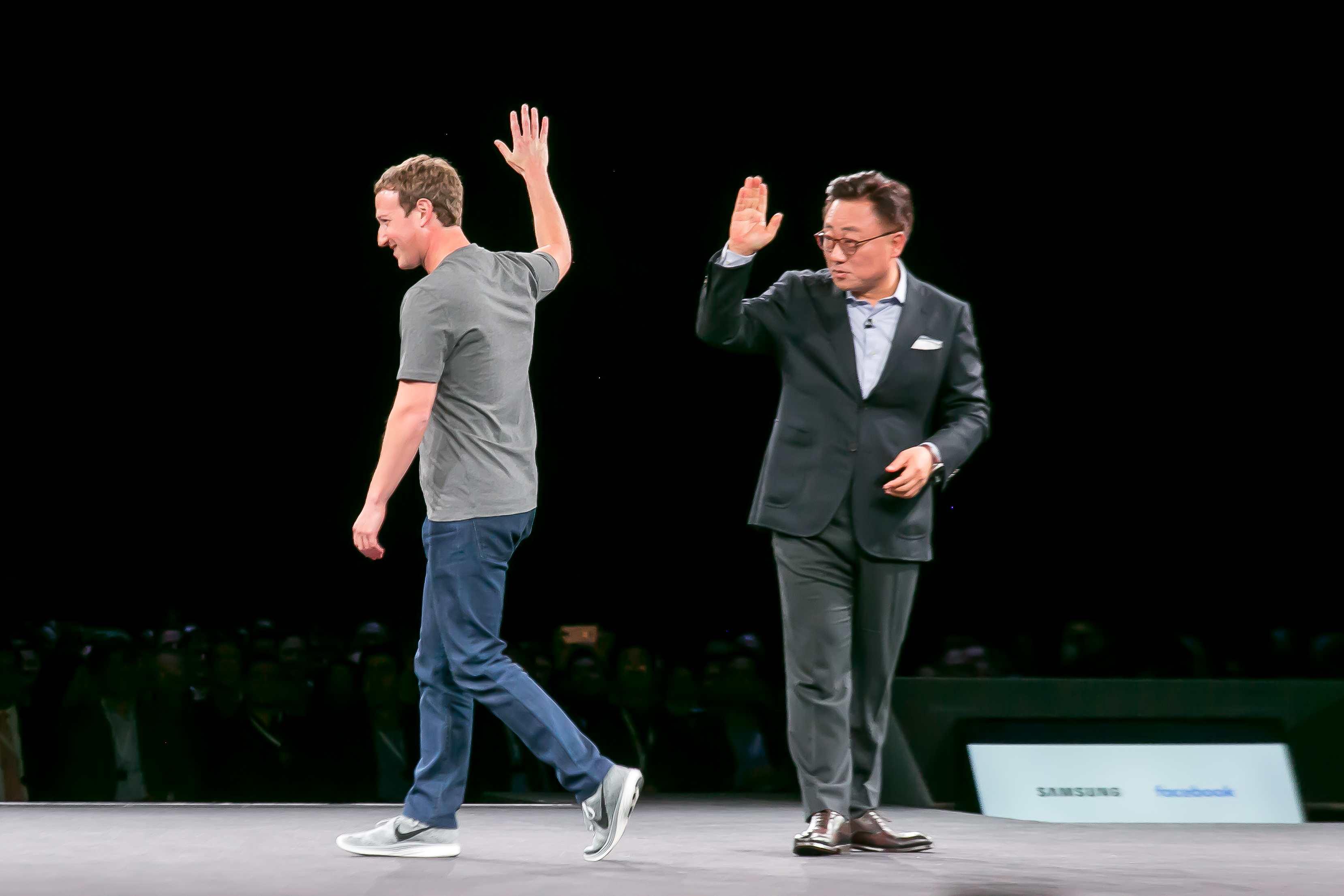 Mark Zuckerberg vystúpil počas Unpacked Eventu, hovoril o skvelej budúcnosti 360°videa a prezident Samsungu vie, že jeho pozvaním na pódium urobil veľmi dobre