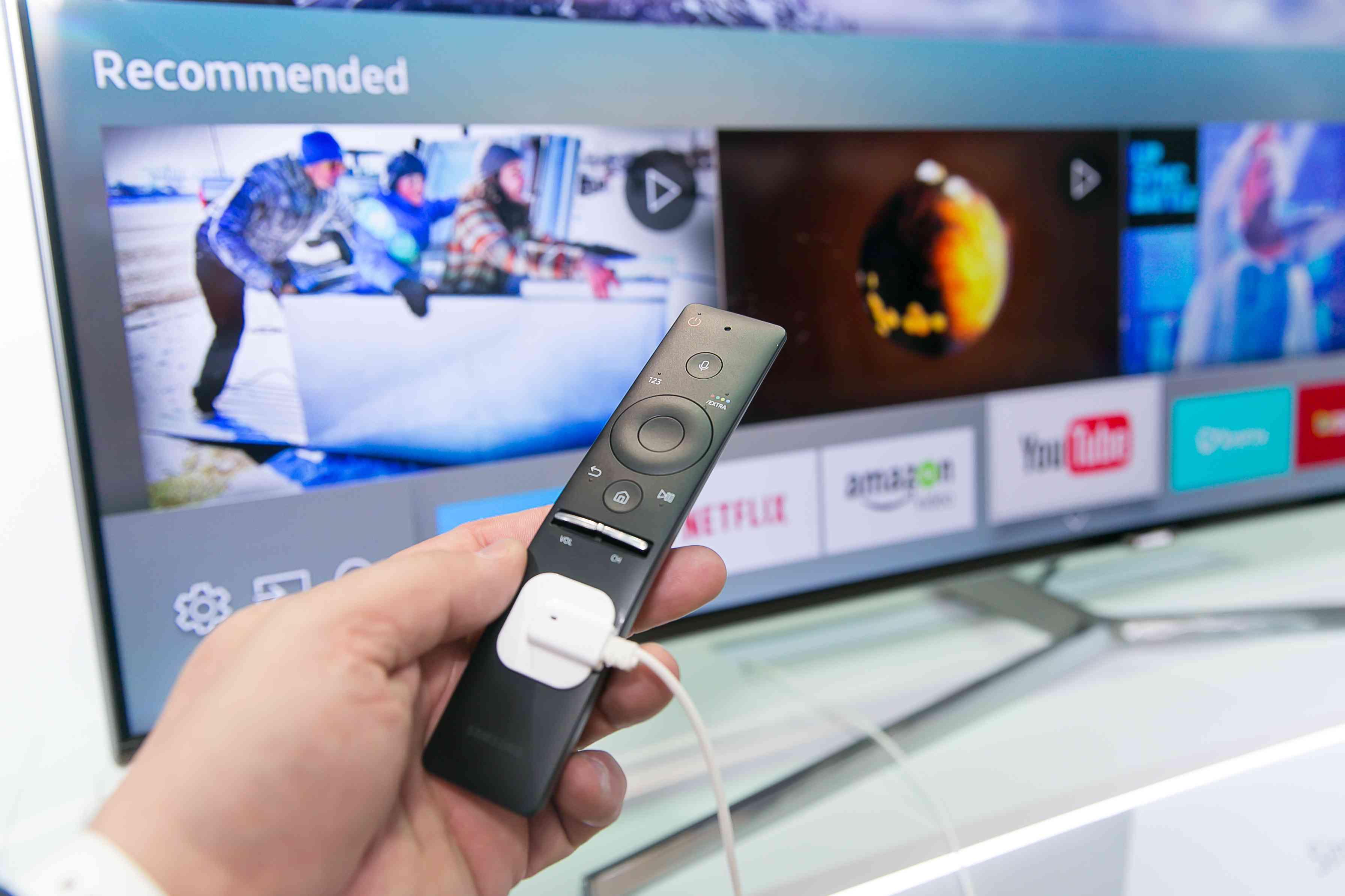 Toto je nové diaľkové ovládanie, pričom SmartTV umožňuje ľahko prepínať medzi živým vysielaním a aplikáciami