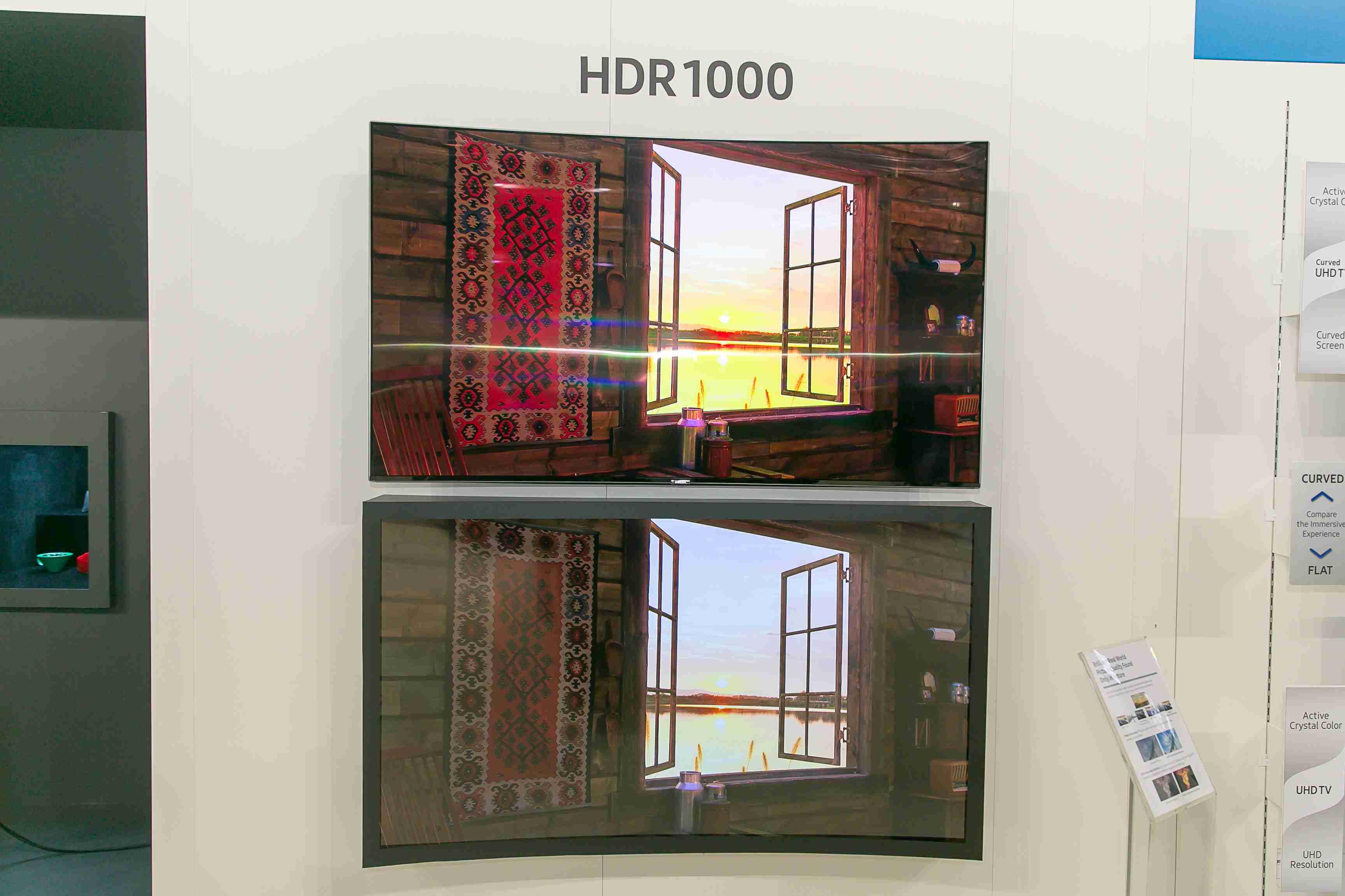 Porovnajte si obraz z televízora s podporou HDR (hore) a bez nej (dole)