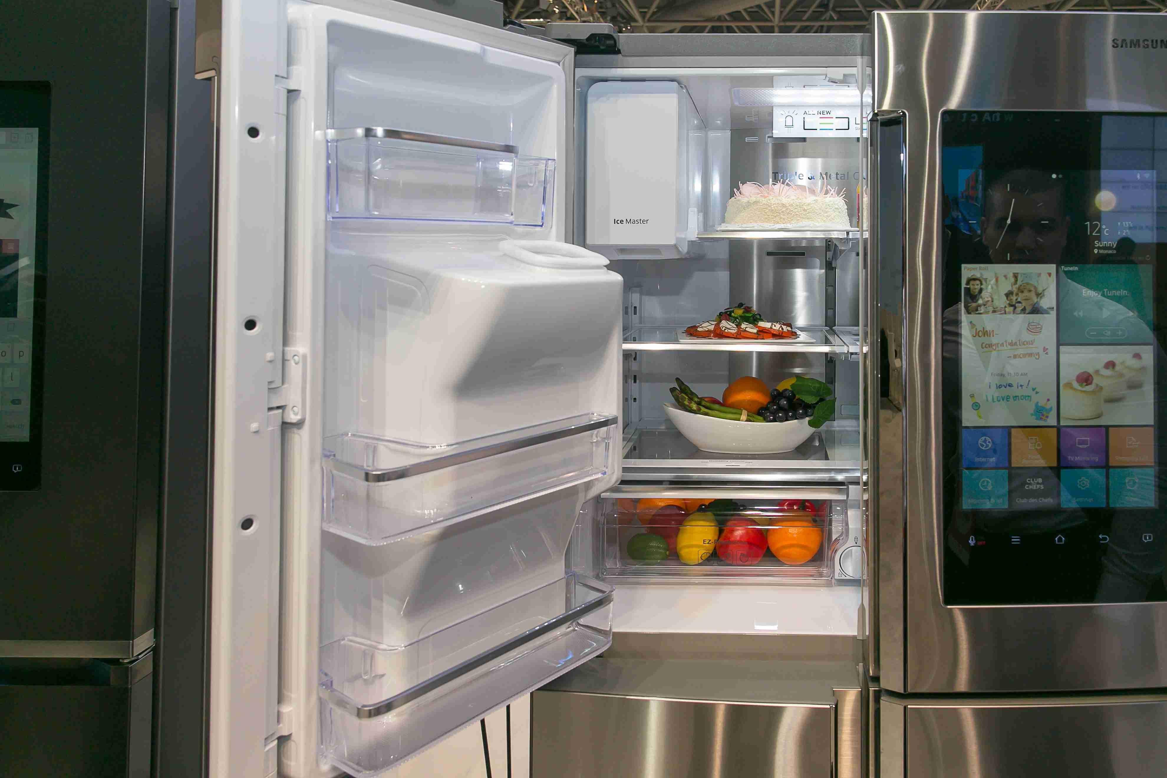 Pri každom otvorení a zatvorení chladničky sa jej vnútorný obsah odfotí pomocou troch fotoaparátov vo dverách chladničky