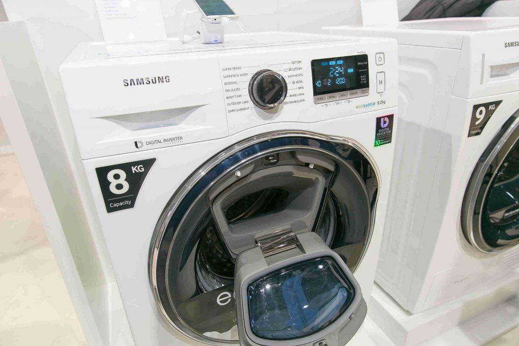 Práčka AddWash odpovedá na najčastejší problém – ako doplniť zabudnutú bielizeň do práčky s predným otváraním počas prania. A dá sa spustiť aj na diaľku cez aplikáciu