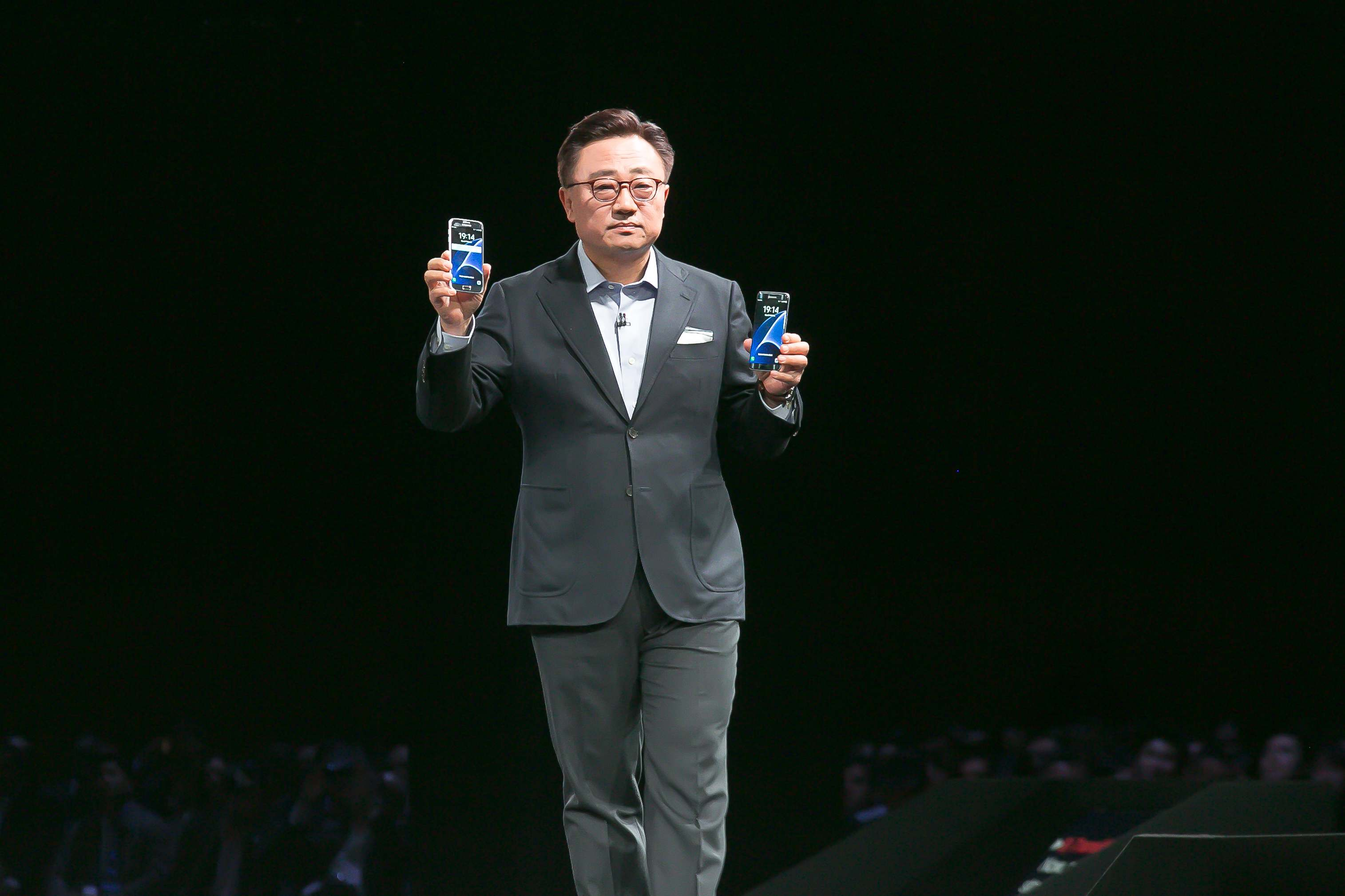 Prezident Samsungu DJ Koh práve predstavuje nové vlajkové lode – Galaxy S7 edge a Galaxy S7