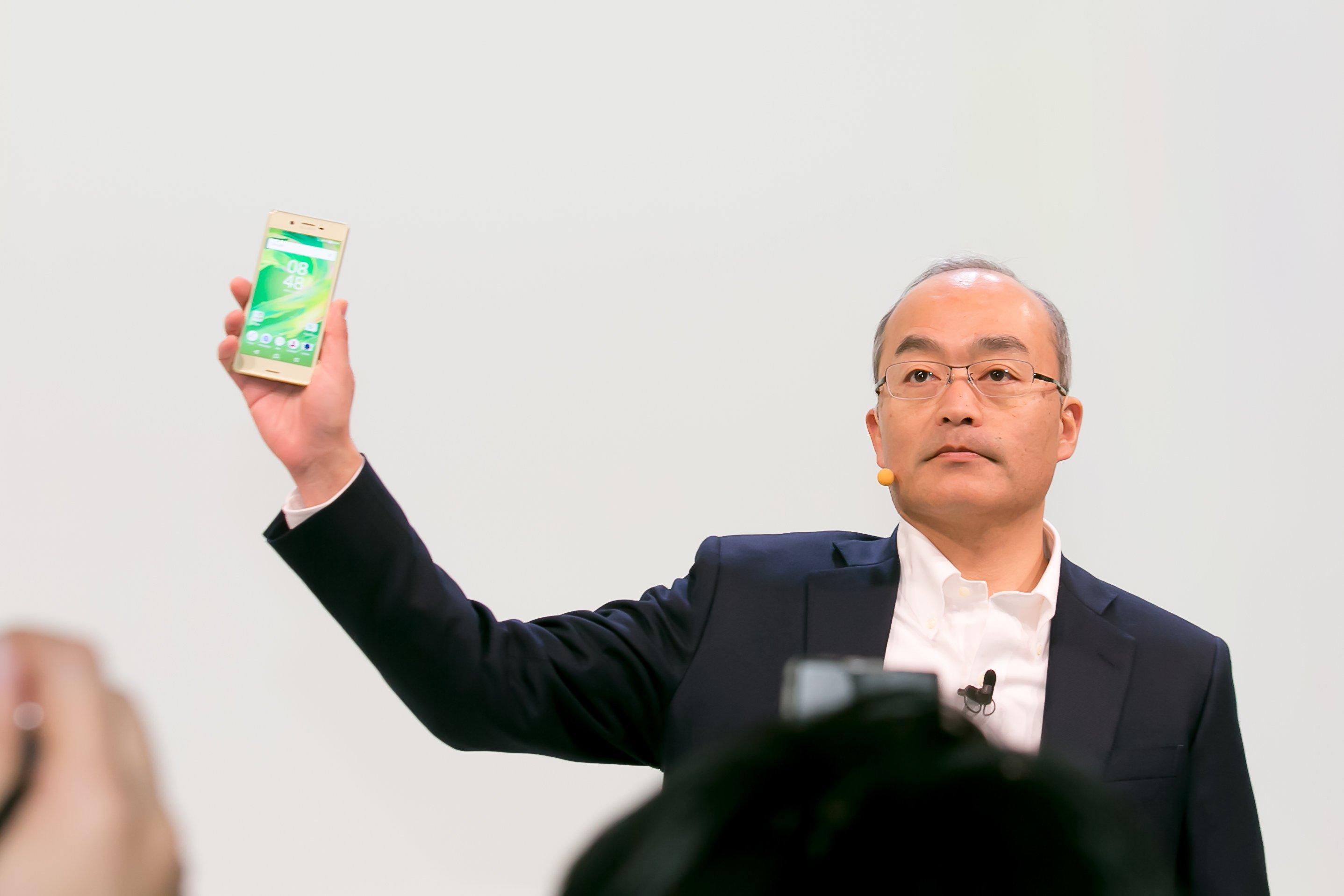 Prezident a CEO Sony Mobile Communications, Hiroki Totoki práve ukazuje nový rad telefónov Sony Xperia X