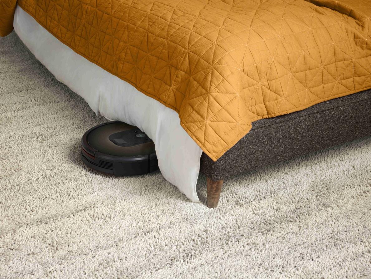Prejde aj cez takéto prekážky a povysáva priestor pod posteľou