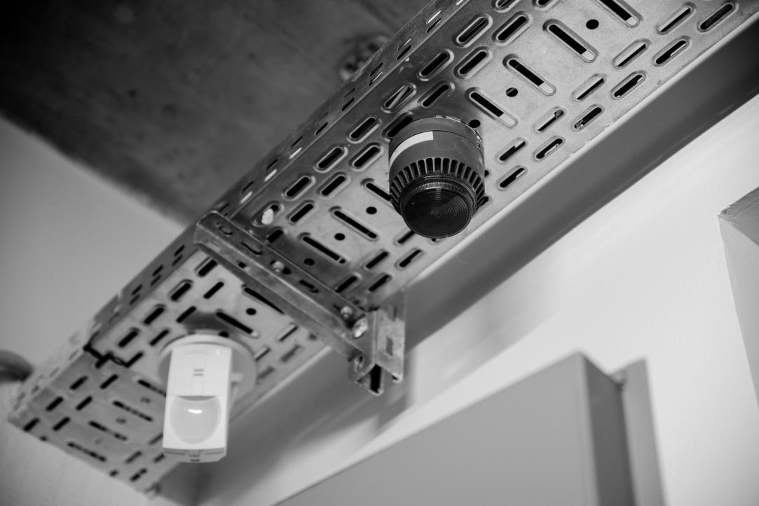 V každej miestnosti nájdete kameru a detektor dymu