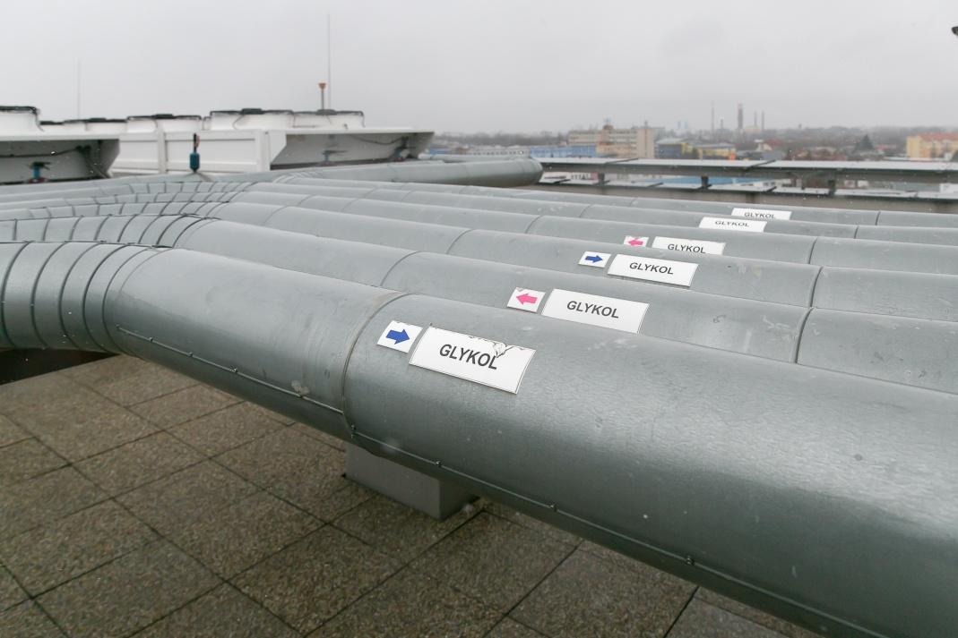Strecha budovy s výmenníkmi tepla
