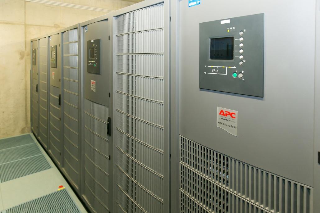 UPS jednotky , za ktorými sú bloky s batériami