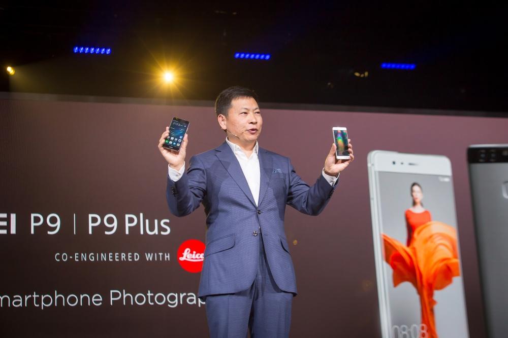 CEO Huawei BG, Richard Yu práve v Londýne predstavuje Huawei P9 a P9 Plus