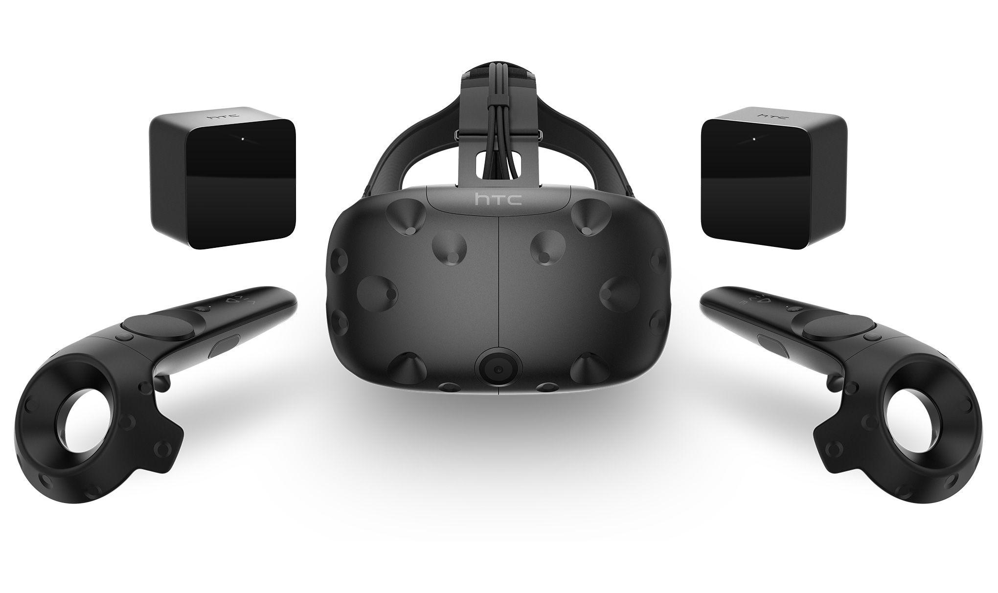 Okuliare HTC Vive majú v balení špeciálne pohybové ovládače pre VR. Všimnite si takisto prednú kameru, vďaka ktorej sa môžete jednoducho prepínať medzi skutočnou a virtuálnou realitou