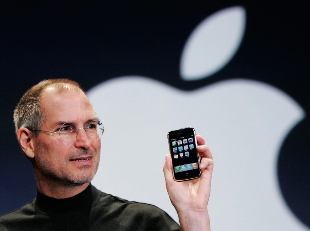 Steve Jobs predstavuje prvý iPhone. Ktovie, či vtedy tušil, aký veľký dopad bude mať toto zariadenie nielen na trh s telefónmi