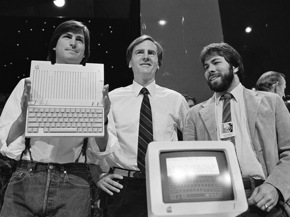 Zľava Jobs, Sculley a Wozniak. Jobs a Sculley sa nezhodli na smerovaní Applu, čo vyústilo v Jobsov odchod z firmy
