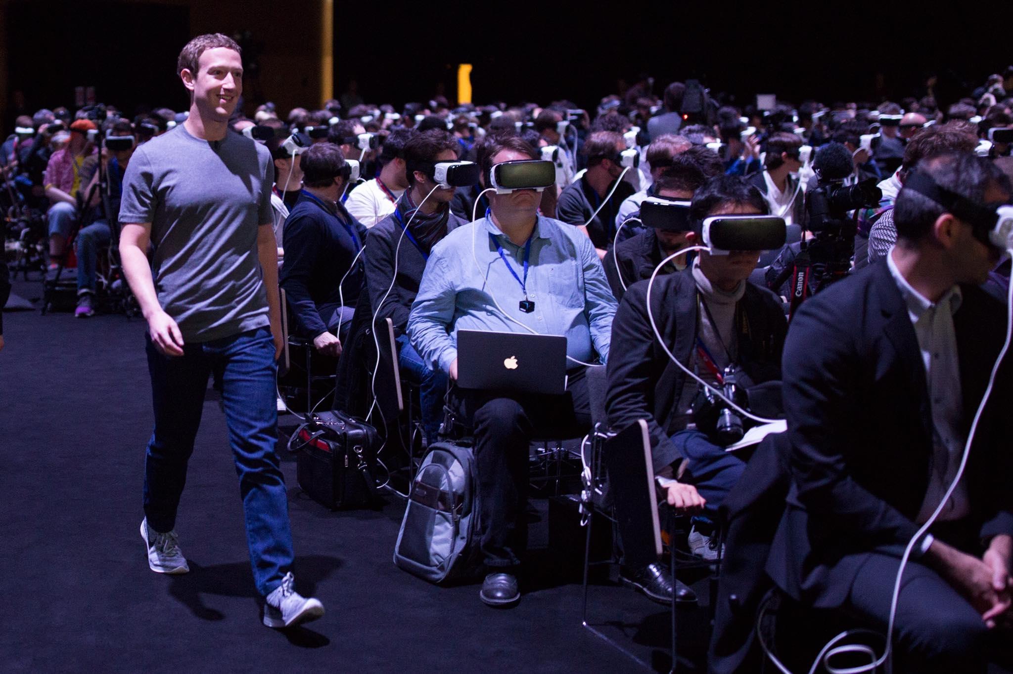 Nie, nebojte sa, toto nie je ukážka dnešného sveta. Rok 2016 je síce rokom virtuálnej reality, ale takýto pohľad sa vám naskytne iba počas technologických konferencií. A bude to súčasť programu