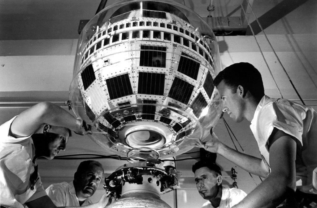 Telstar, prvý telekomunikačný satelit na svete postavený v Bell Labs v roku 1960 (na obežnú dráhu vynesený v roku 1962)