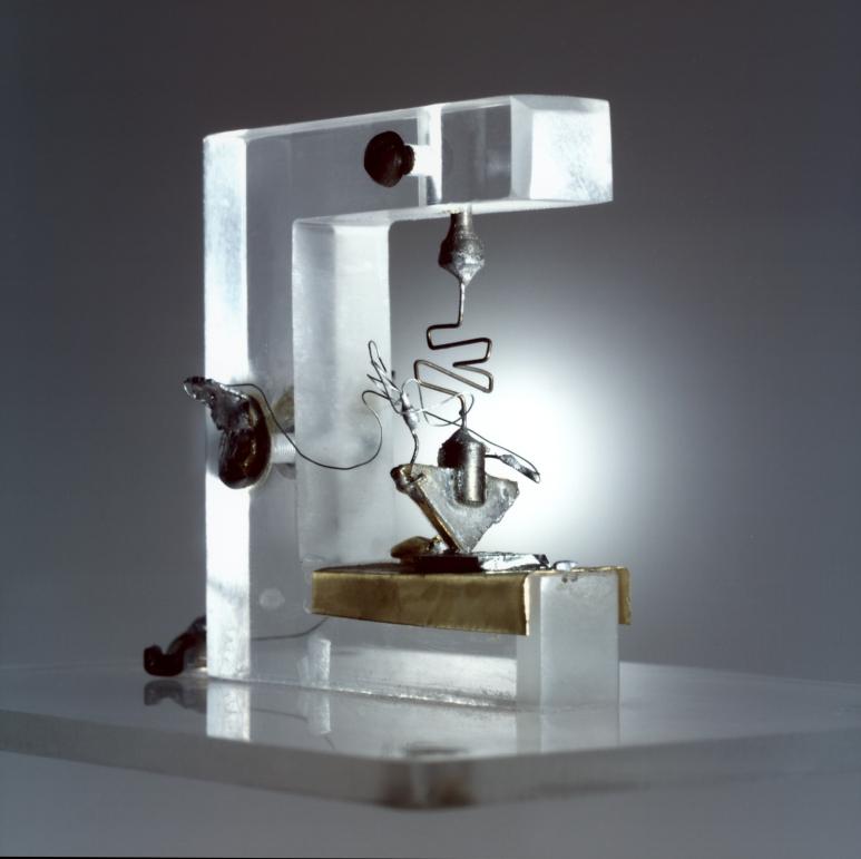 Prvý tranzistor na svete. Tento experimentálny prototyp je veľký zhruba ako dlaň