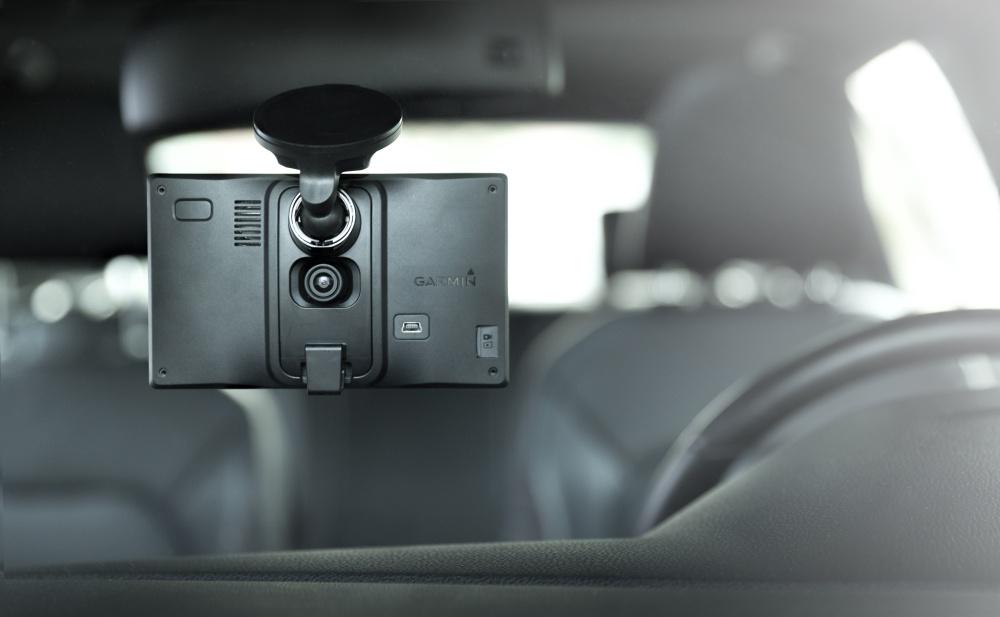 Držiak pre tento navigátor je vyhotovený tak, že kamera nemá problém s výhľadom