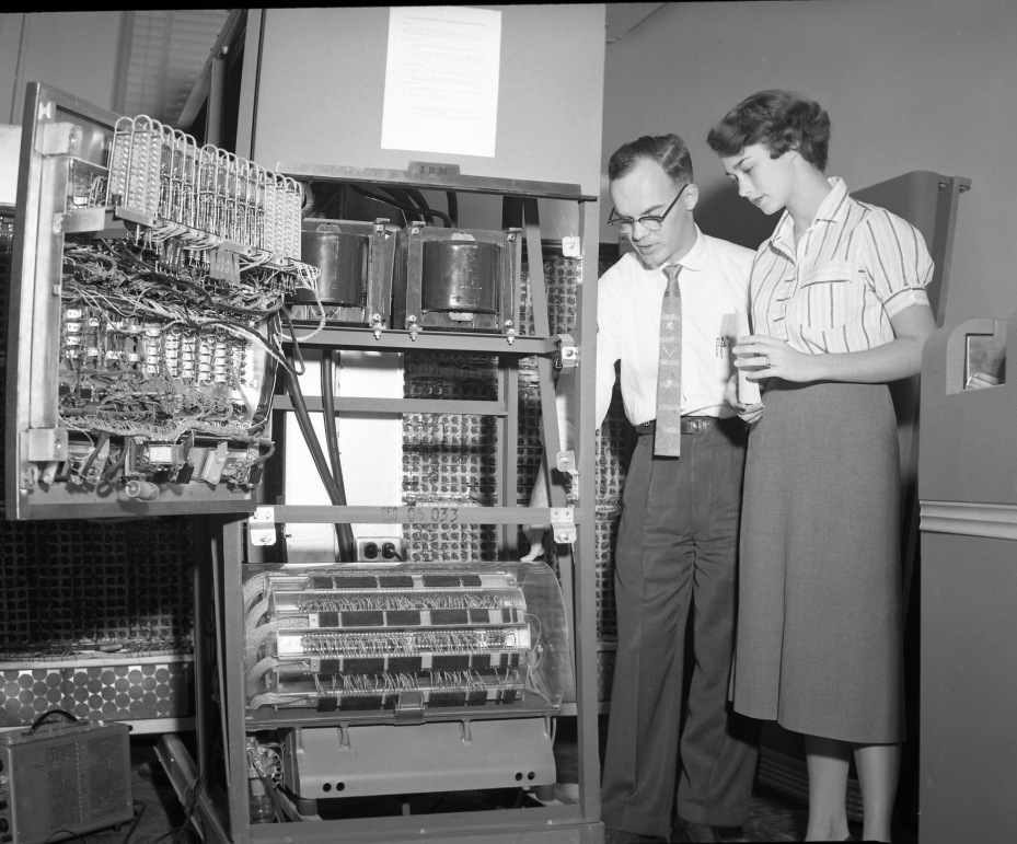 Najúspešnejší počítač 50-tych rokov, IBM 650, s otvoreným krytom. V dolnej časti je vidieť bubnovú operačnú pamäť s kapacitou 8,5 kB