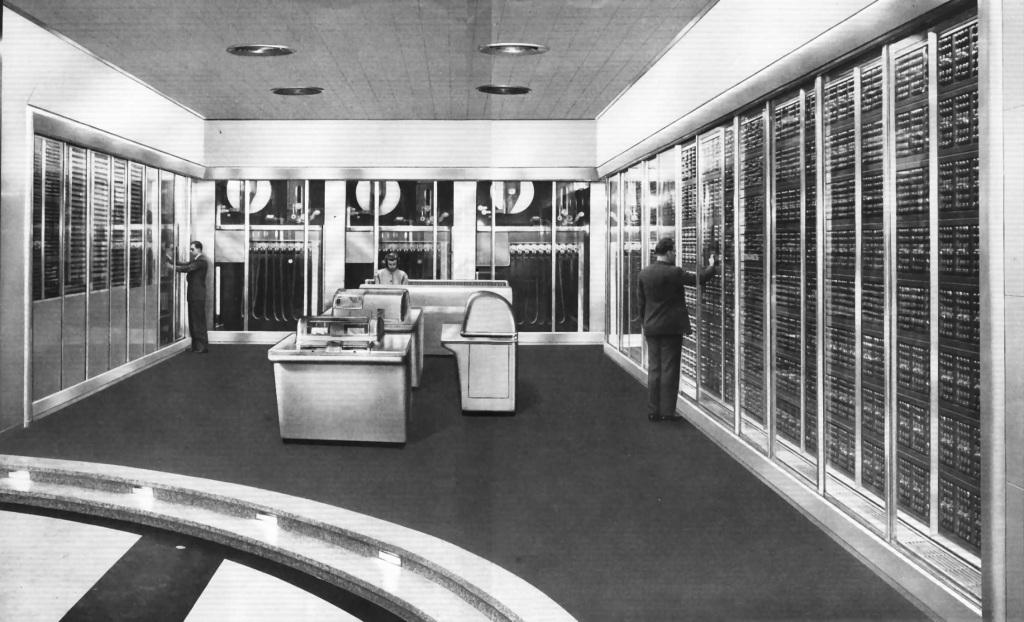 Historicky najvýkonnejší elektromechanický počítač SSEC. Všimnite si objemné kotúče diernych pások v zadnej časti