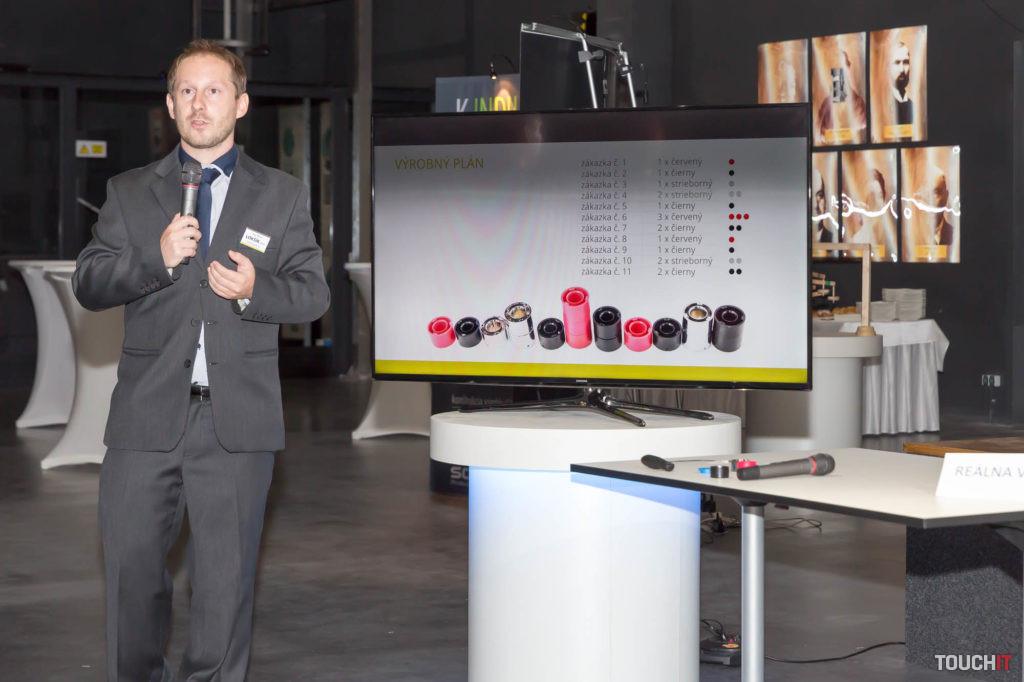 Zástupca SOVA Digital ukazuje, ako sa ručne skladal valec