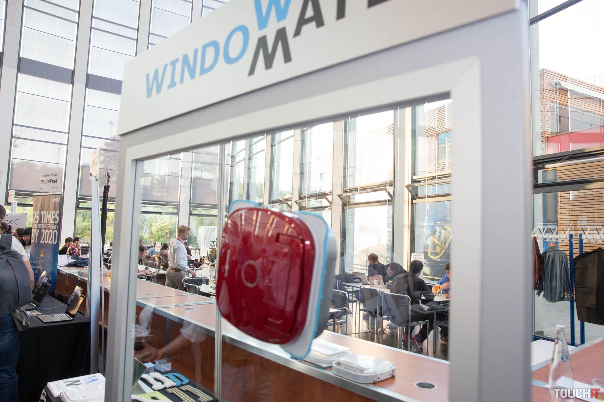 ifa 2016 robot windowmate umyje okn za v s. Black Bedroom Furniture Sets. Home Design Ideas