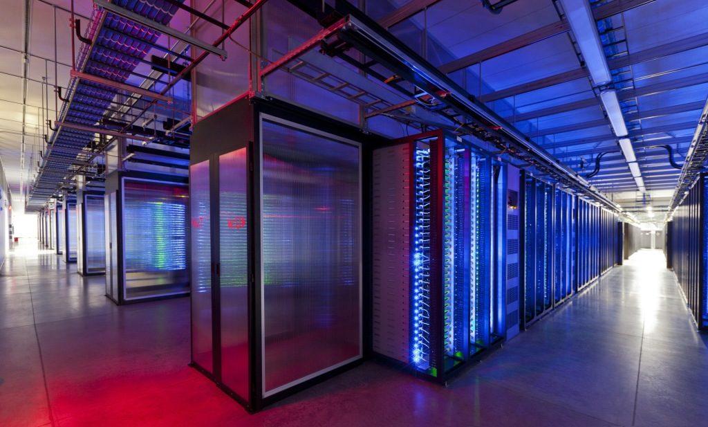 Serverové skrine v dátovom centre Facebooku v meste Prineville, v americkom štáte Oregon