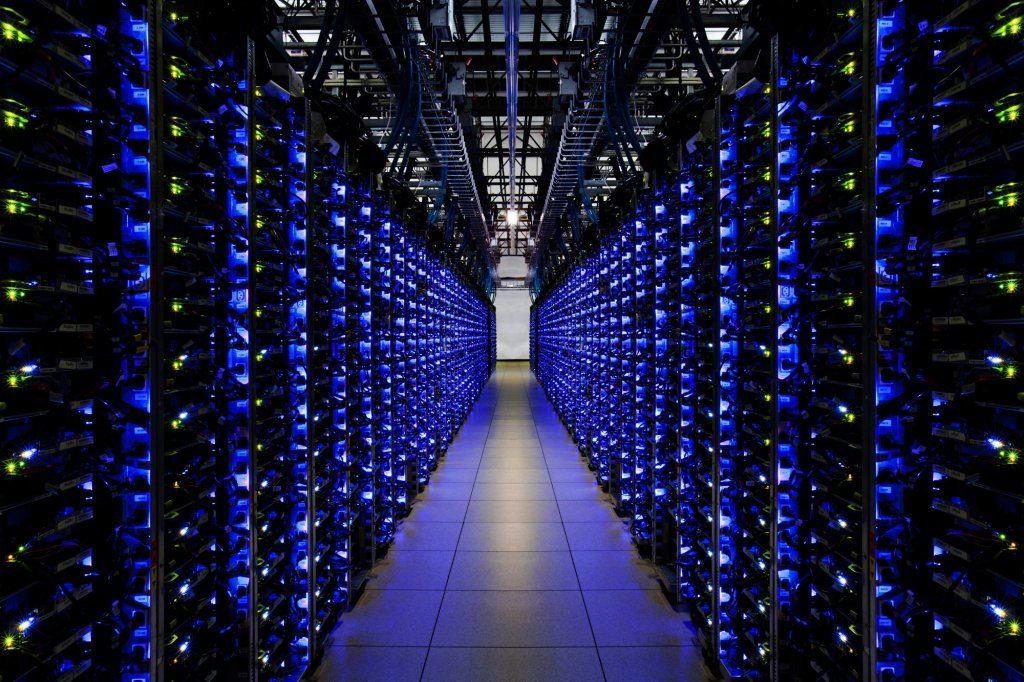 Jedna z uličiek dátového centra Googlu v Georgii s masívnym počtom serverov