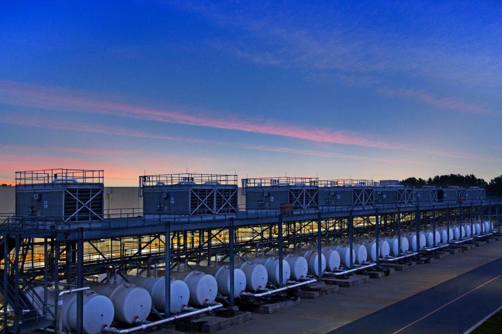 Nádrže s vodou a chladiace veže dátového centra Googlu v meste Lenoir v štáte Severná Karolína
