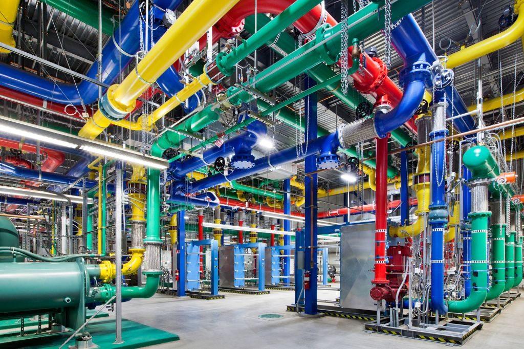 Farebné potrubie rozvádzajúce vodu v dátovom centre Googlu v meste Dalles v štáte Oregon. Modré vedú studenú vodu do serverovne, červené zohriatu vodu z nej. Zelené a žlté vedú vodu z vodného zdroja