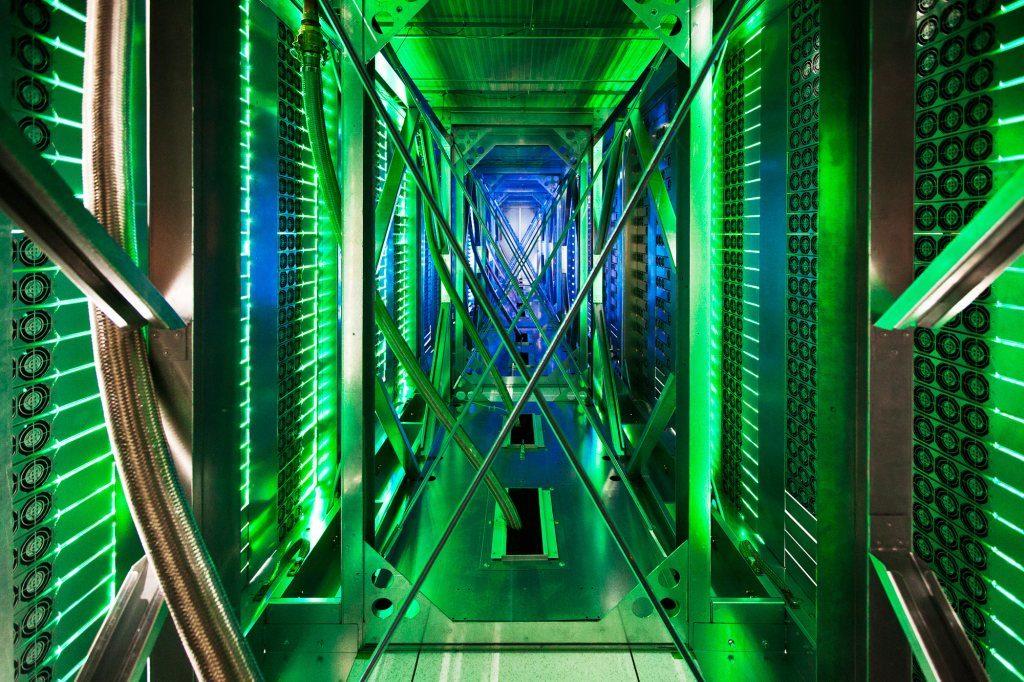 Raritný pohľad do tunela medzi serverovými skriňami, kam ventilátory vháňajú teplý vzduch, ktorý je odvádzaný von z datacentra (dátové centrum Googlu v okrese Mayes v štáte Oklahoma)